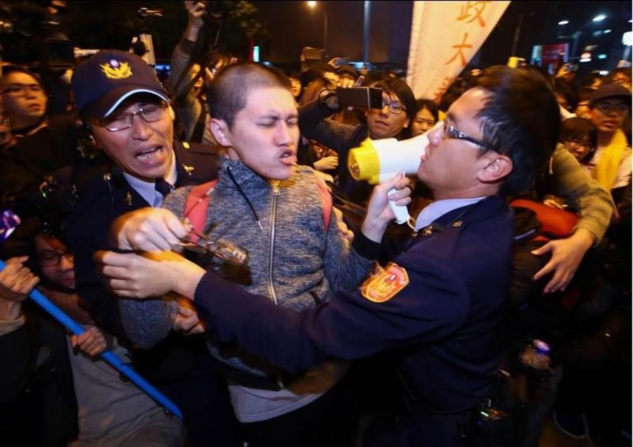 勞團抗議民眾最後退到台北車站,遭到員警包夾,部分陳抗民眾被逮捕,再度爆發衝突。(資料照片,陳信翰攝)