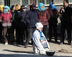 村民合力湊錢幫葬母 7歲孤兒寒冬中磕頭跪謝全村