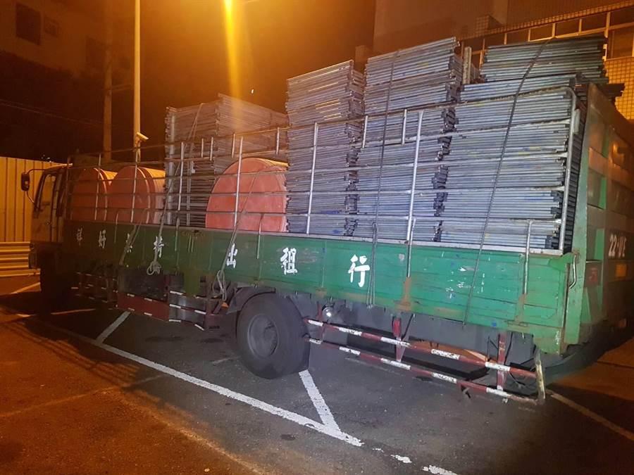 24日晚間,江姓司機載運辦桌物品,不小心掉落砸中5車,所幸無人傷亡。(李佳玲翻攝)