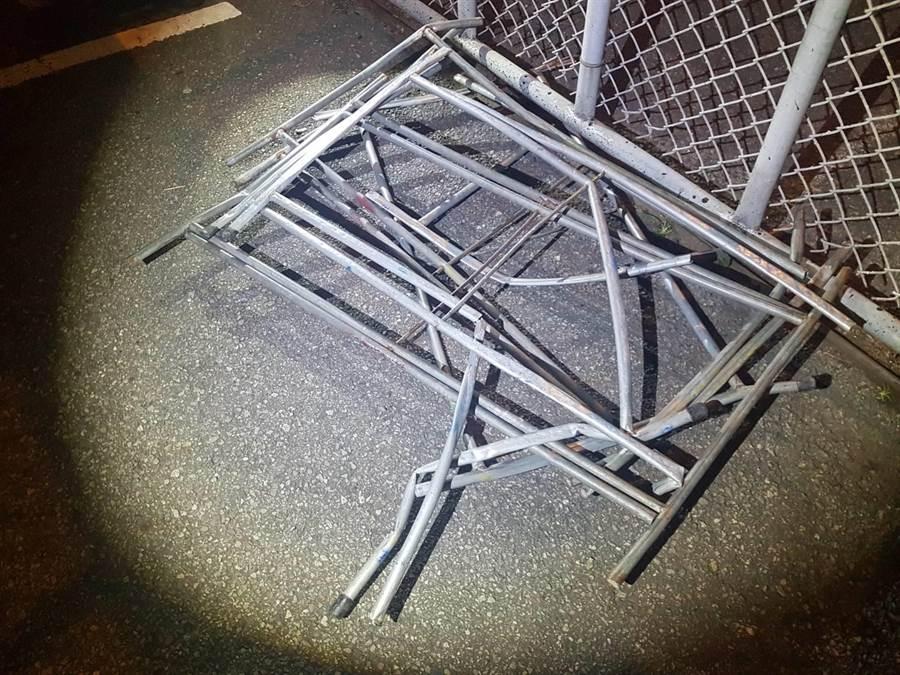 辦桌用的桌腳,砸中5車其中包含2車爆胎。(李佳玲翻攝)