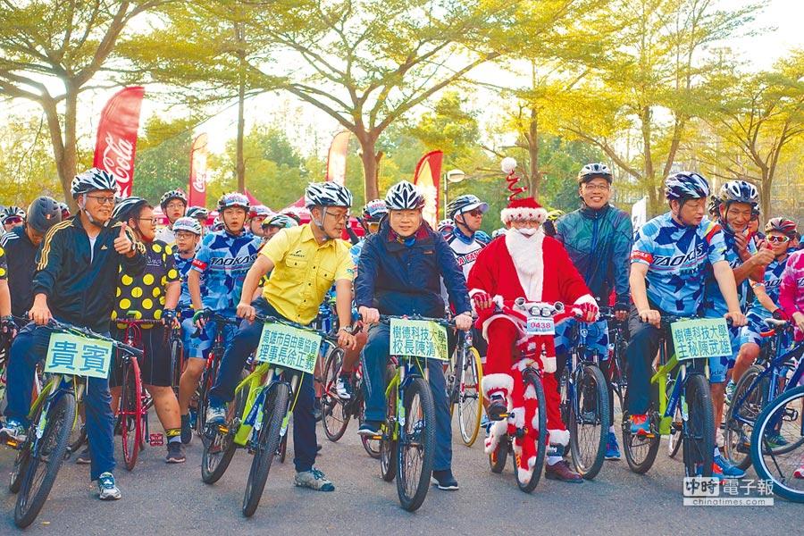 單車愛好者清晨齊聚樹德科大,從美麗的校園出發展開單車健身活動。(林雅惠翻攝)