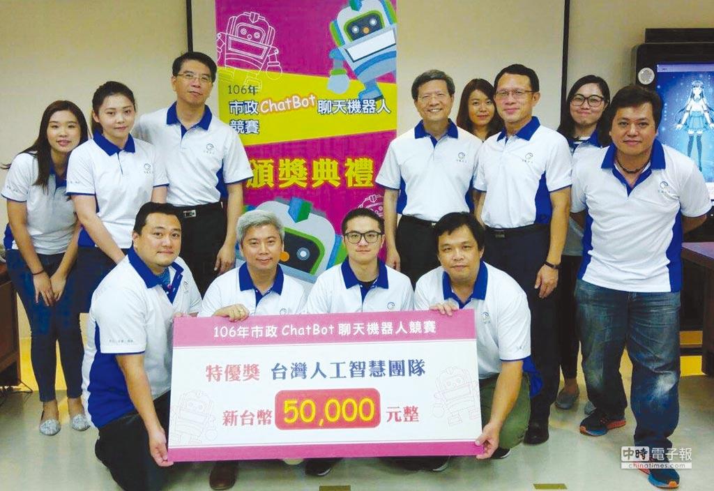 程曦資訊執行長黃士軍(後排左三)與奪得特優獎的「台灣人工智能團隊」。圖╱陳宗慶