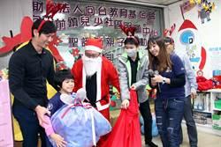 聖誕節許願成真!民進黨高雄市黨部扮聖延老公公送小朋友禮物