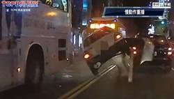 街頭上演警匪追逐 通緝犯飛車撞上無辜客運