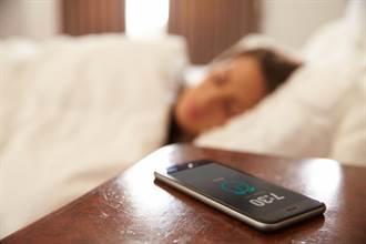手機都放在床頭嗎? 小心甲狀腺病變成癌症