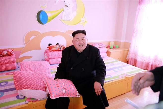 北韓領導人金正恩,2月視察新建平壤孤兒小學的學生宿舍。(新華社/朝中社提供)