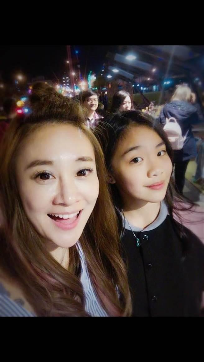 陳琳(後)和媽媽秀琴。(翻攝自臉書)