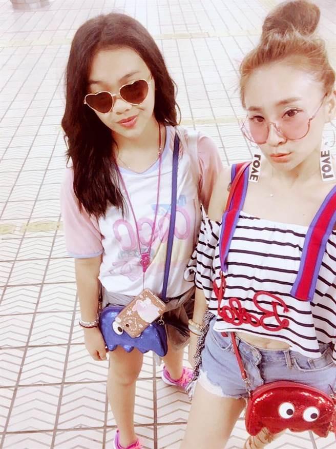 陳琳(左)與媽媽秀琴同框,裝扮時尚度破表。(翻攝自臉書)