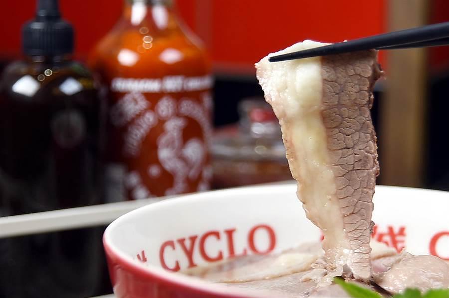 帶有脂肪的「黃金胸肉」,位在牛前胸部位,只有台灣在地牛肉才切得出這部位。(圖/姚舜攝)