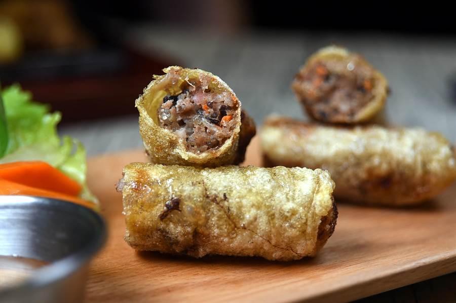 〈西貢炸春捲〉是以越南「米紙」包捲豬肉、粉絲、木耳、洋蔥與胡蘿蔔作餡再油炸,外皮薄脆、內餡澎湃。(圖/姚舜攝)