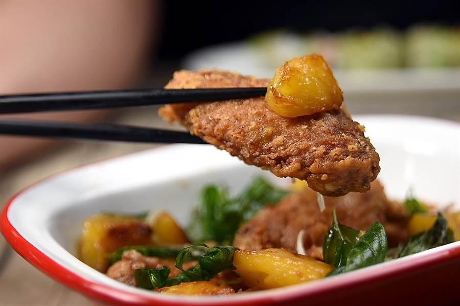 用蝦醬醃漬後再沾粉油炸的〈南洋蝦醬雞翅〉,口感與風味非常誘人,搭配用肉桂粉與蜜糖煮過的鳳梨一起入口,酸甜滋味非常曼妙。(圖/姚舜攝)