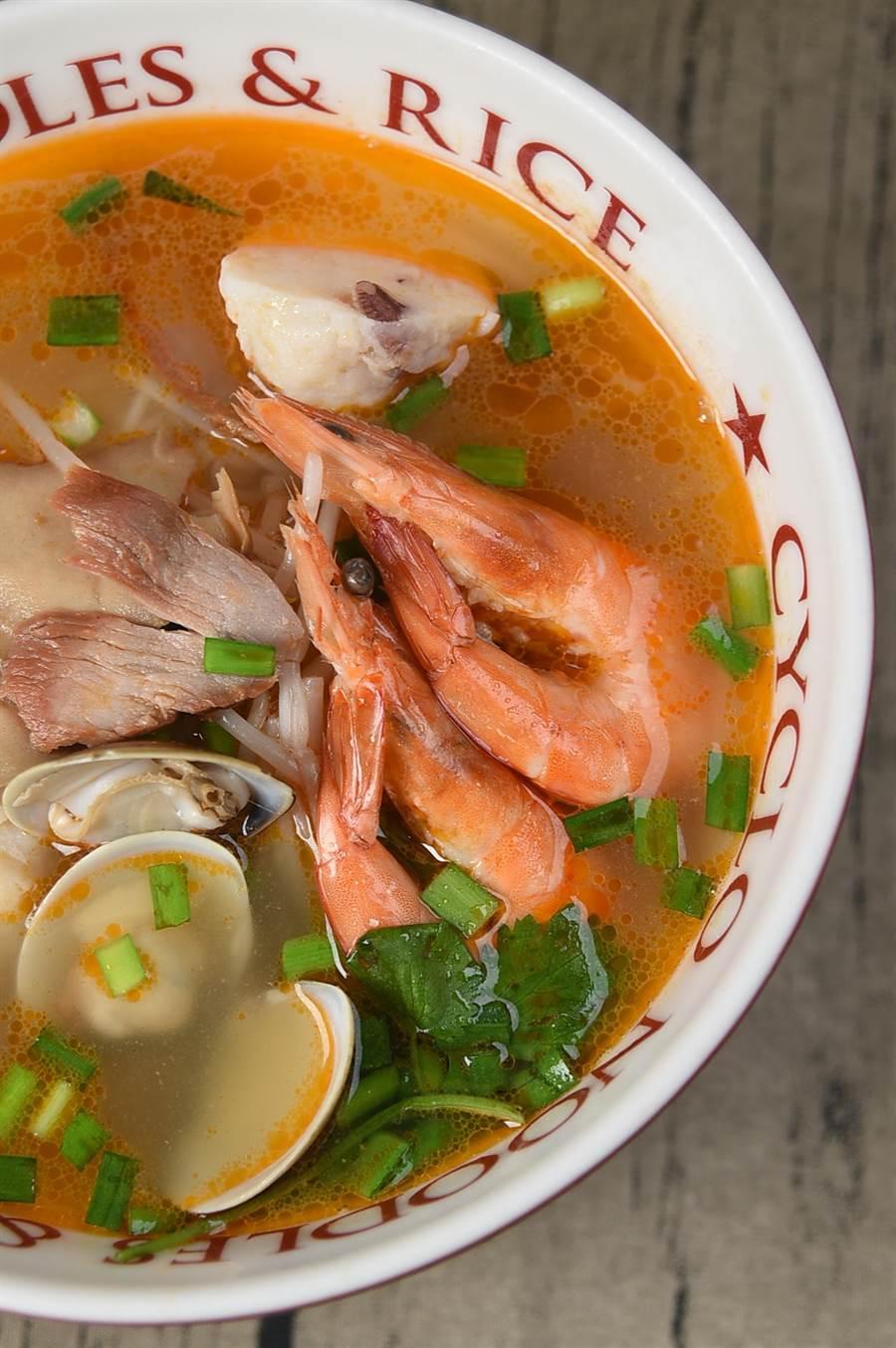 〈海鮮河粉〉內有2尾鮮蝦、蛤蜊、鮑魚片與叉燒肉,用豬骨與雞骨熬的湯頭內還加了蝦油,每碗只要230元。(圖/姚舜攝)