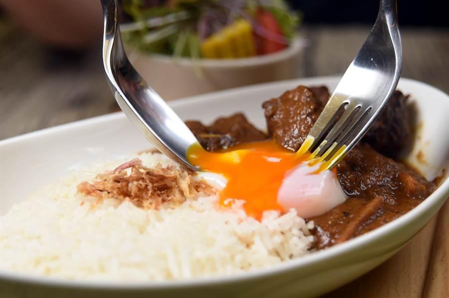 〈星咖哩牛腩飯〉的咖哩是印度咖哩,牛肉是牛肋條,將溫泉蛋劃破後拌著吃,非常美味。(圖/姚舜攝)