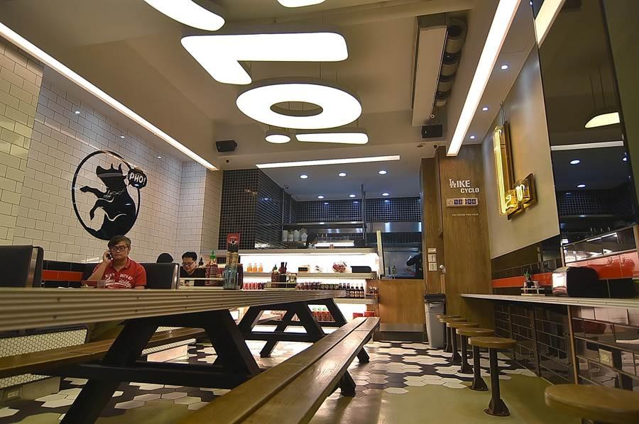 位在台北頂好商圈的〈CYCLO洛城牛肉粉〉,店裝設計帶有時尚元素,讓小吃店變身為一潮餐廳。(圖/姚舜攝)
