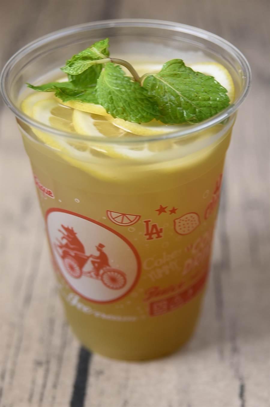 〈CYCLO洛城牛肉粉〉的〈甘蔗汁〉,是將產自埔里的紅甘蔗榨成汁,再煮過冷凍,甜而不膩。(圖/姚舜攝)