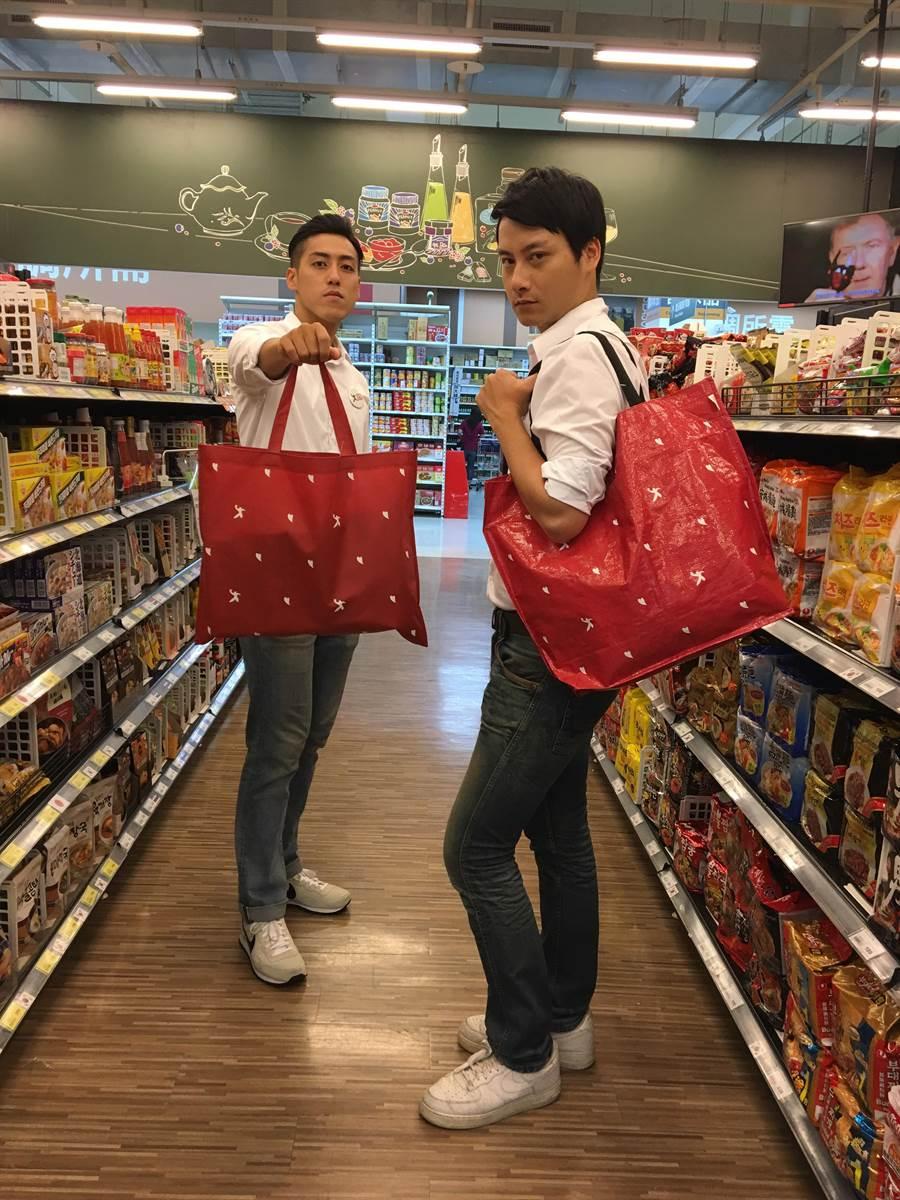 愛買環保購物袋,不織布購物袋15元(左),防水購物袋45元(右)。(愛買提供)
