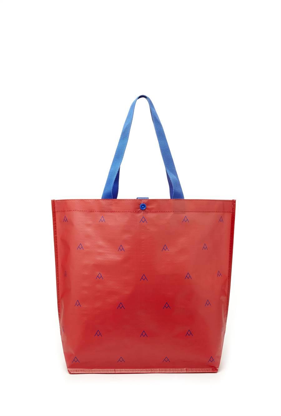 全聯大容量環保購物袋有紅、藍2色,直購價79元,扣50點會員點數加49元可換購,可折疊收納、防水不易破。(全聯提供)