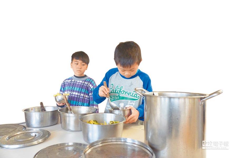 受到核二廠發電量降低促協金大減,新北市萬里區六所國中小免費營養午餐補助明年1月起停辦,將改為每人每月補助300元。 (林縉明攝)