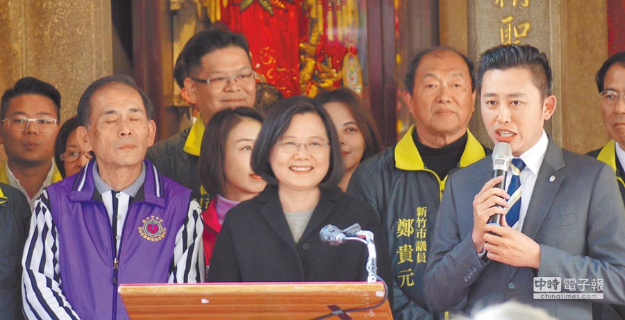 蔡英文總統25日到新竹市長和宮參拜,神情相當愉悅。(陳育賢攝)