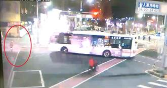公車闖紅燈左轉ubike輾車底 車毀騎士奇蹟生還