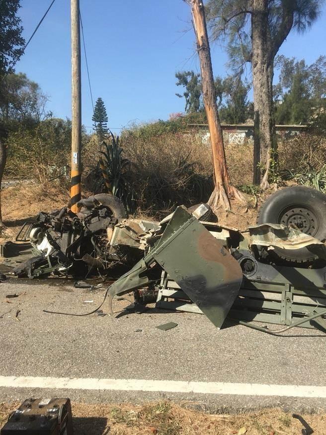 肇事悍馬車嚴重受損,車體支離破碎。(網友提供)