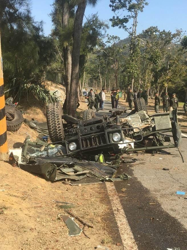 1輛金防部本部連所屬的悍馬車,今早在營區內翻覆,造成一死一傷。(網友提供)