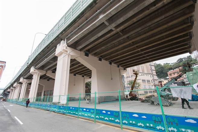 基隆市政府將在高速公路29號橋下打造1500坪的休閒公園,並設置籃球場、滑板場以及簡易極限運動場,預計明年初陸續完工。(基隆市政府提供)