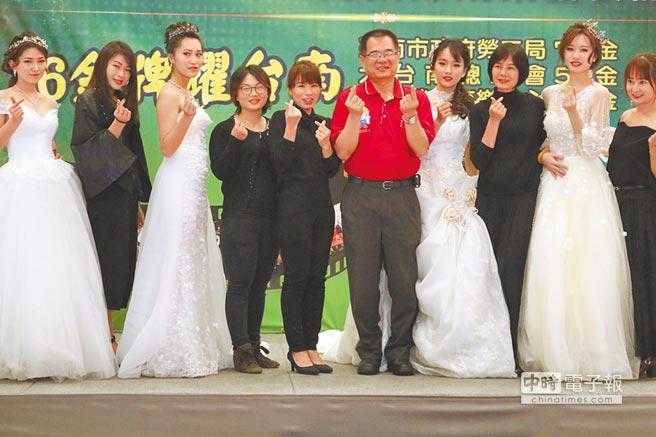 南市勞工局推出客製化的人才培育,26日呈現與台南市新娘祕書產業工會合作的時尚彩妝整體造型班成果。(萬于甄攝)