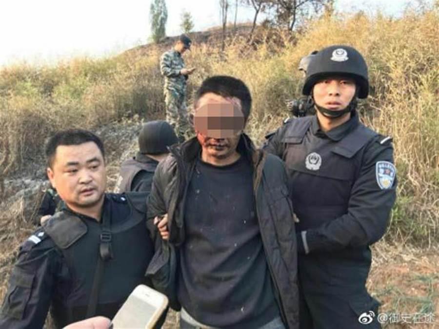 員警陳建湘殺了兩人後逃逸,落網前朝太陽穴自轟,命大沒死遭到活逮。(翻攝自微博/御史在途)