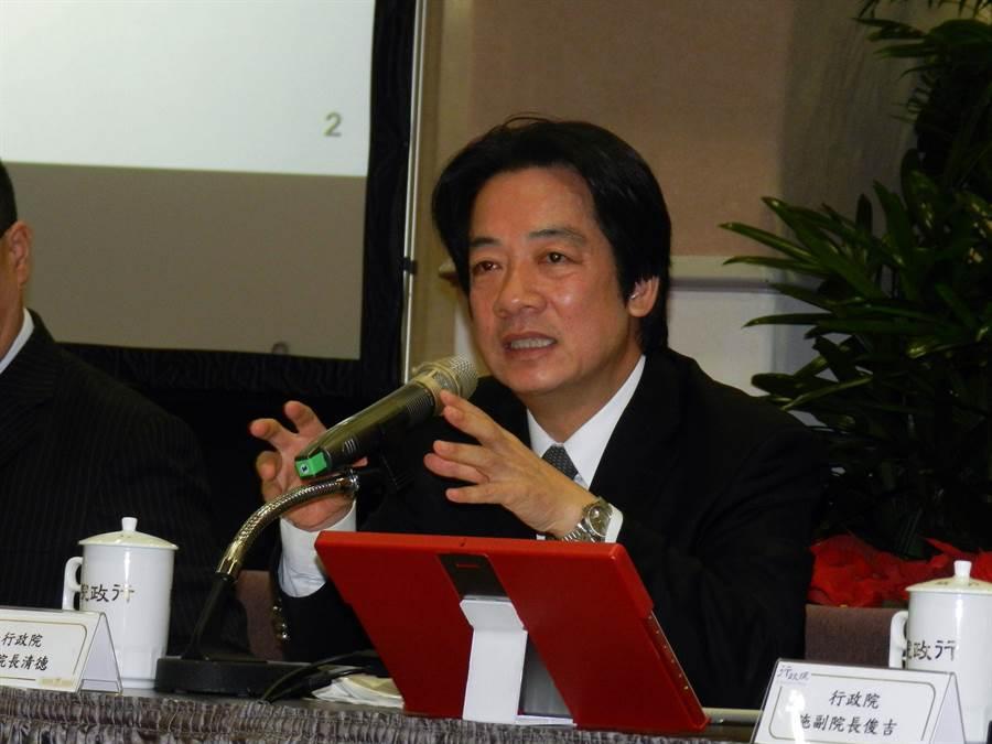 行政院長賴清德表示民調下滑要檢討。(林永富攝)