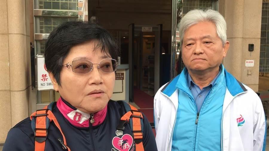張博崴父親(右)得知二審判決結果後表示,提出國賠訴訟的目的是要讓外界重視,如何提升台灣消防救災人員的救難技術,收到判決書後,會再研議是否提起上訴。(林偉信攝)