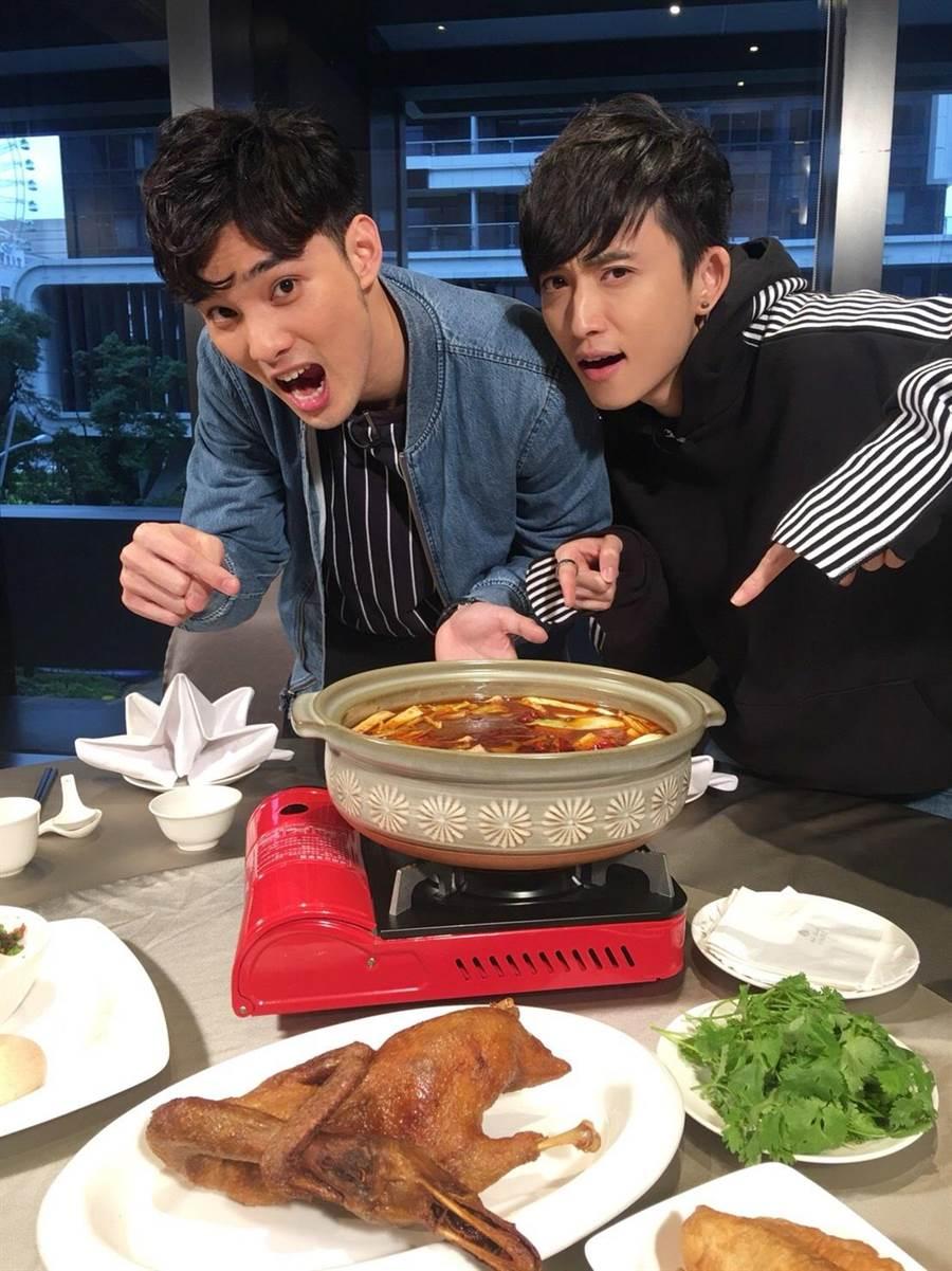 偉晉(左)和邱鋒澤大啖麻辣鍋「天府冒鴨鍋」。