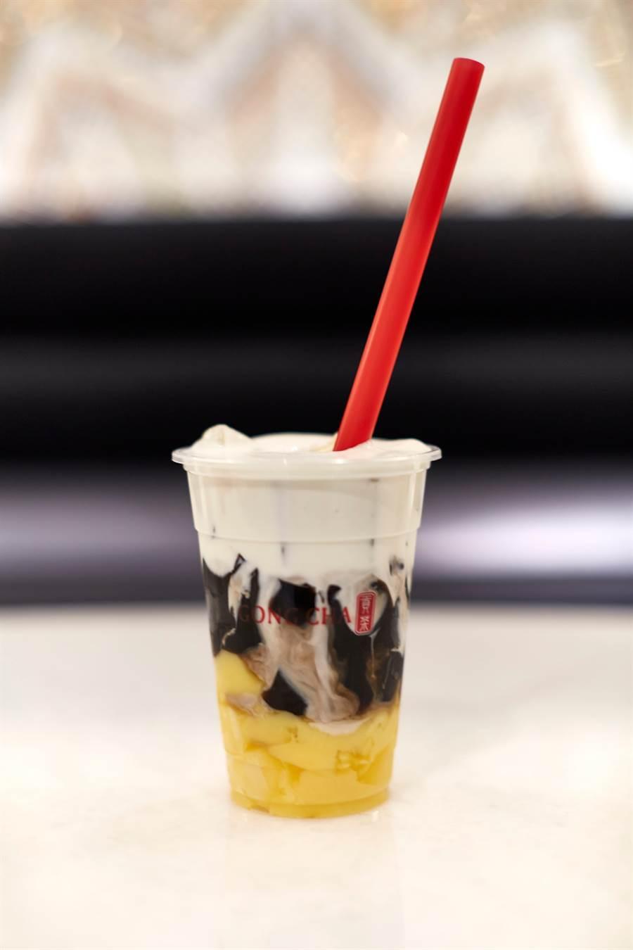 盛世公主號與台灣茶品-貢茶獨家合作的「盛世三重奏」飲品,於旅展前三日前一百名現場排隊並完成個人臉書打卡的民眾,即可獲得兌換券乙張。圖:業者提供