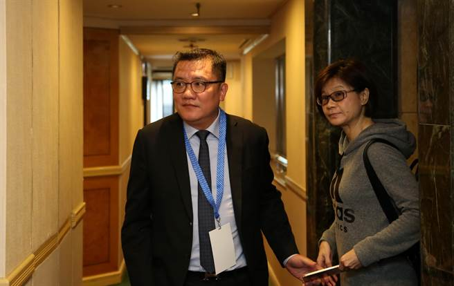 中華足協理事長林湧成抵達臨時會員大會現場。(李弘斌攝)