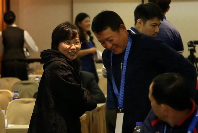 立委劉世芳(左)以高雄市足委會主委的身分出席足協臨時會員大會,與台電隊總教練陳貴人寒暄。(李弘斌攝)