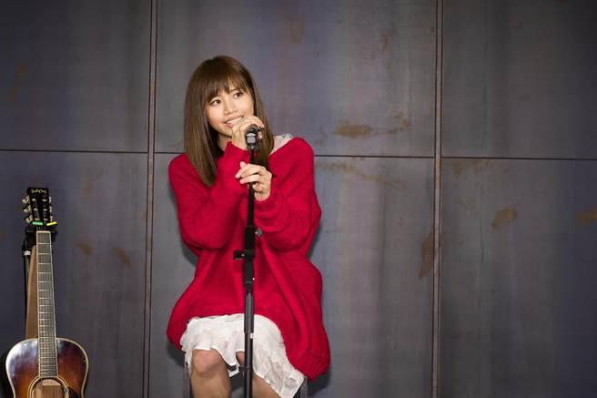 吳汶芳今在發片記者會首唱新歌,情緒數度哽咽。(福茂唱片提供)