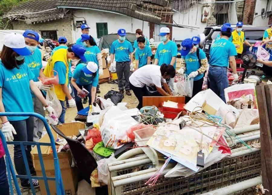 台中市政府愛鄰守護隊協助居家環境清潔,並定期關懷訪視社區獨居老人、經濟弱勢長輩等。(陳世宗翻攝)