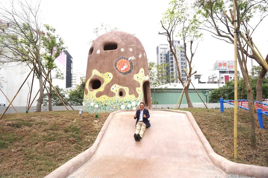 新業建設董事長卓勝隆童心大發,在涵洞碉堡地景溜滑梯。(盧金足攝)