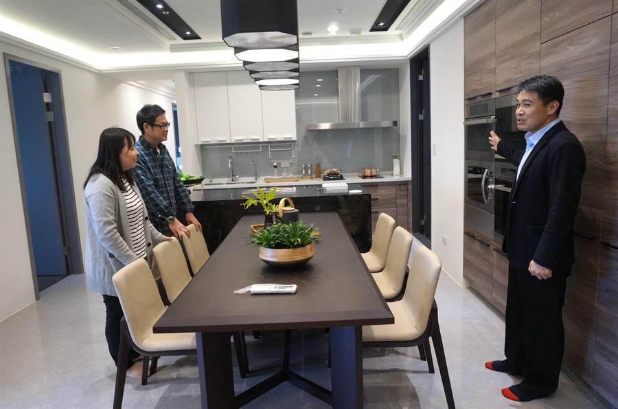 開放的廚房設計,讓全家人可以在餐桌一起用餐,也能化身寬闊的工作空間。(盧金足攝)