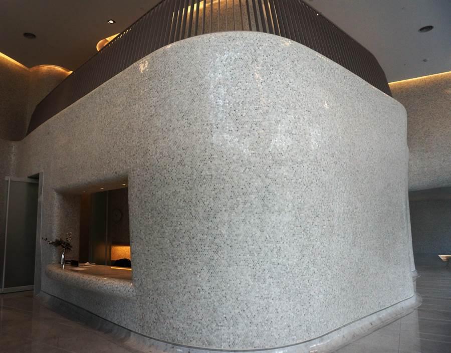 以曲面設計的門廳,充滿藝術感,令人驚艷。(盧金足攝)