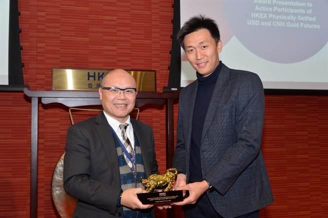香港交易所頒發黃金期貨活躍參與者之獎座,由元大期貨(香港)總經理任俊行代表領獎。