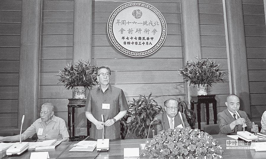 1988年8月17日,蔣緯國(左二)出席「北伐統一六十周年」學術研討會。(本報系資料照片)