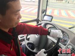 廣州「觀光2路」電動車9國語音報站 司機須戴健康手環