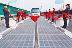 太陽能高速路 開車就能充電