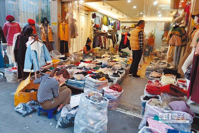 位於高雄火車站後站的三民區安寧街,是南台灣有名的成衣批發街,有「南部五分埔」之稱,附近多條街道連成一片「後驛商圈」,有超過400家批發店家,其中有8成以上是女裝,另男裝、童裝、飾品及皮件都有,逛上一圈就能買到齊全的貨色。(呂素麗攝)