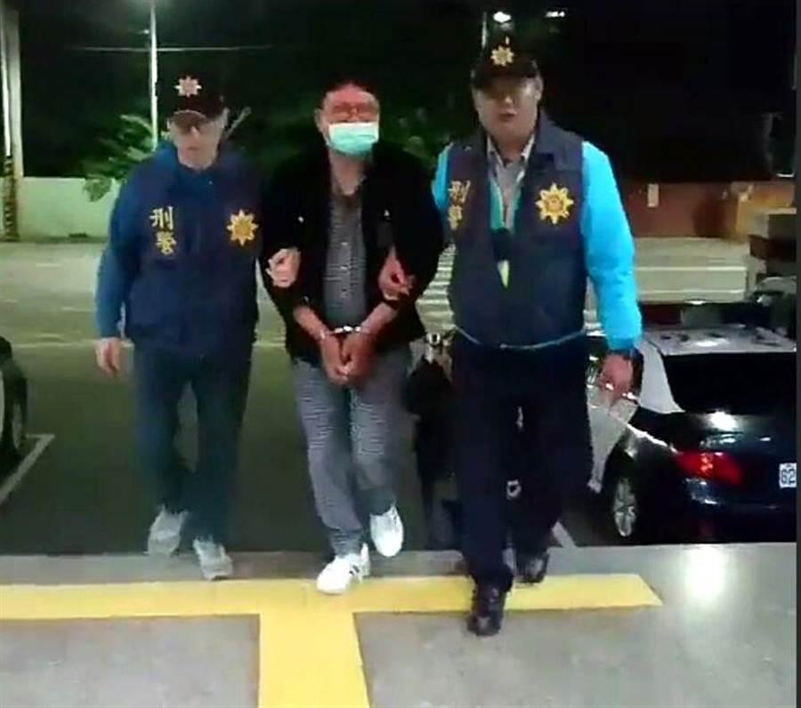 嘉義市警方逮捕搶嫌莊智雄(中)帶回警分局偵辦。(廖素慧翻攝)