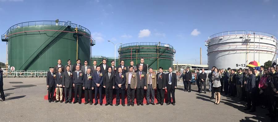 中油新竹油庫30日廢庫停止供油,行政院長賴清德(前排中)特別前來見證,並在油槽前合影。(陳育賢攝)