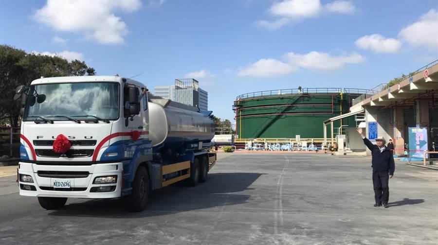 中油新竹油庫30日發出最後1輛油罐車後,正式走入歷史。(陳育賢攝)