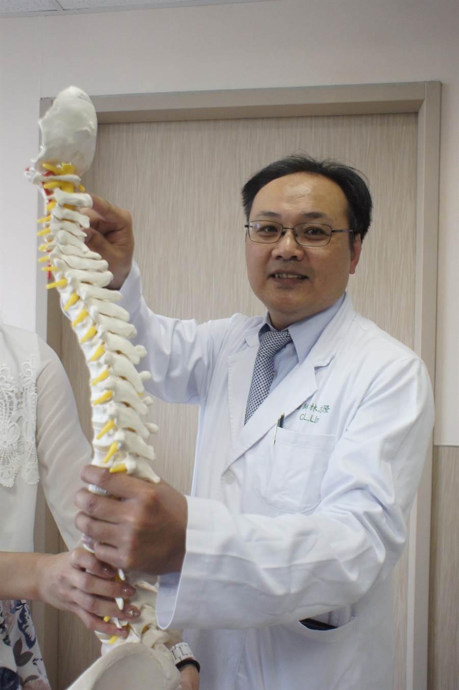 亞大醫院神經外科主任林志隆指出方老師受傷的位置。(馮惠宜攝)