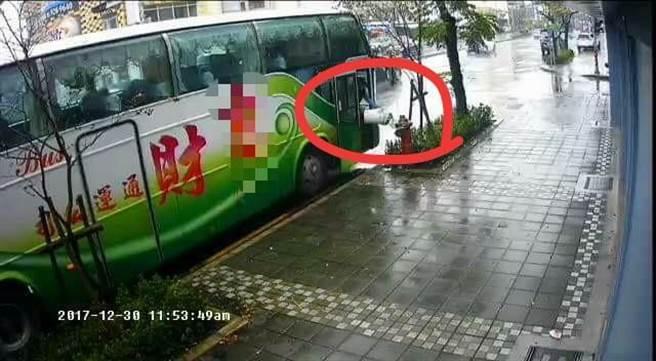 可以看到這一名遊覽車司機往車外拋出東西丟在路旁草叢。(圖/翻攝自爆料公社)